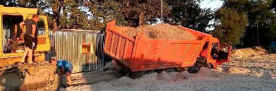Достаём 30 тонный груженый Камаз Т170 бульдозером