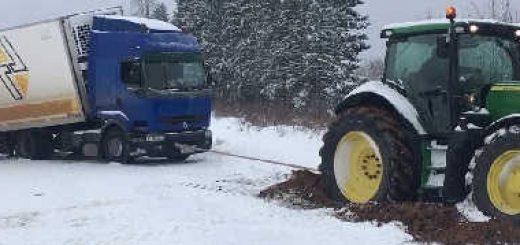 Два трактора вытягивают груженую фуру