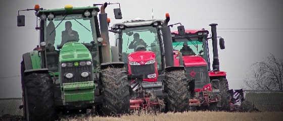Тракторы Кировец К-744Р3, Massey Ferguson 8737 и John Deere 8430 в одной борозде