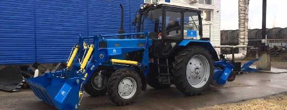 Трактор МТЗ Беларус-82.1 с фронтальным погрузчиком и коммунальной щеткой