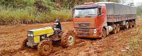 Трактора вытаскивают застрявшие грузовики