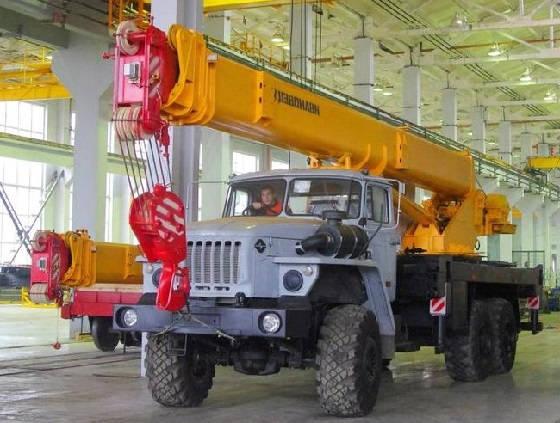 Производство автомобильных кранов на заводе