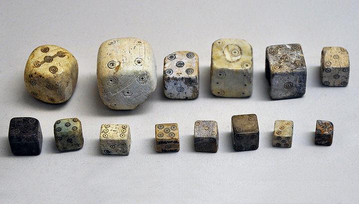 Древние кости, которые использовались в азартных играх античного периода