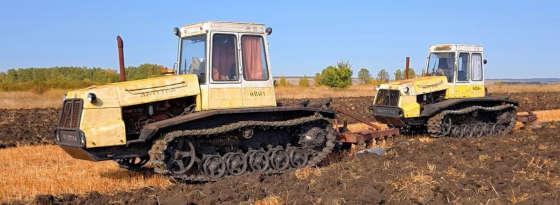 Вспашка зяби гусеничными тракторами Т-404