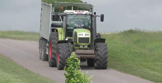 Заготовка зеленной массы в поле на тракторах John Deere и CLAAS